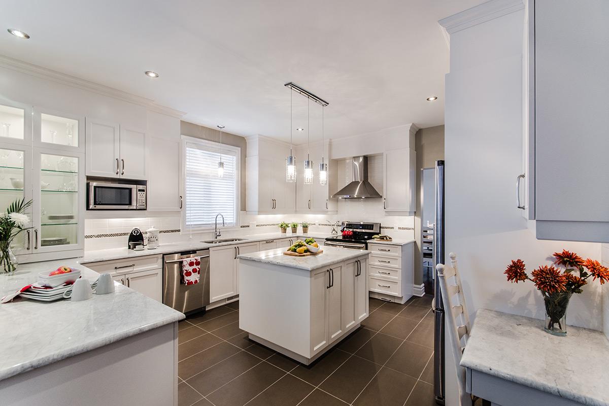Armoires de cuisine blanche champ tre en bois laval montr al for Armoires de cuisine laval