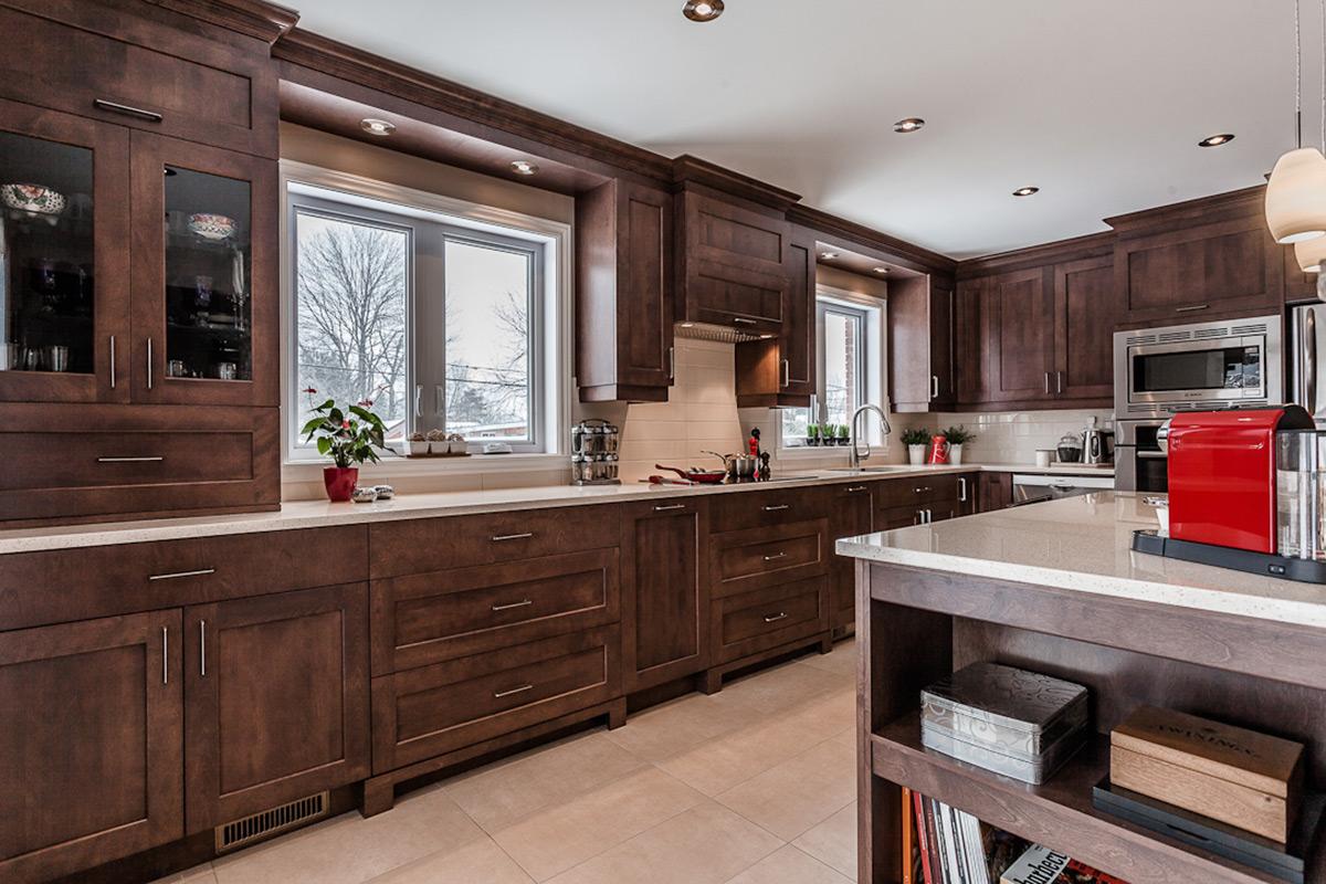 Cuisine contemporaine en bois et comptoirs de quartz laval for Armoires de cuisine excellence