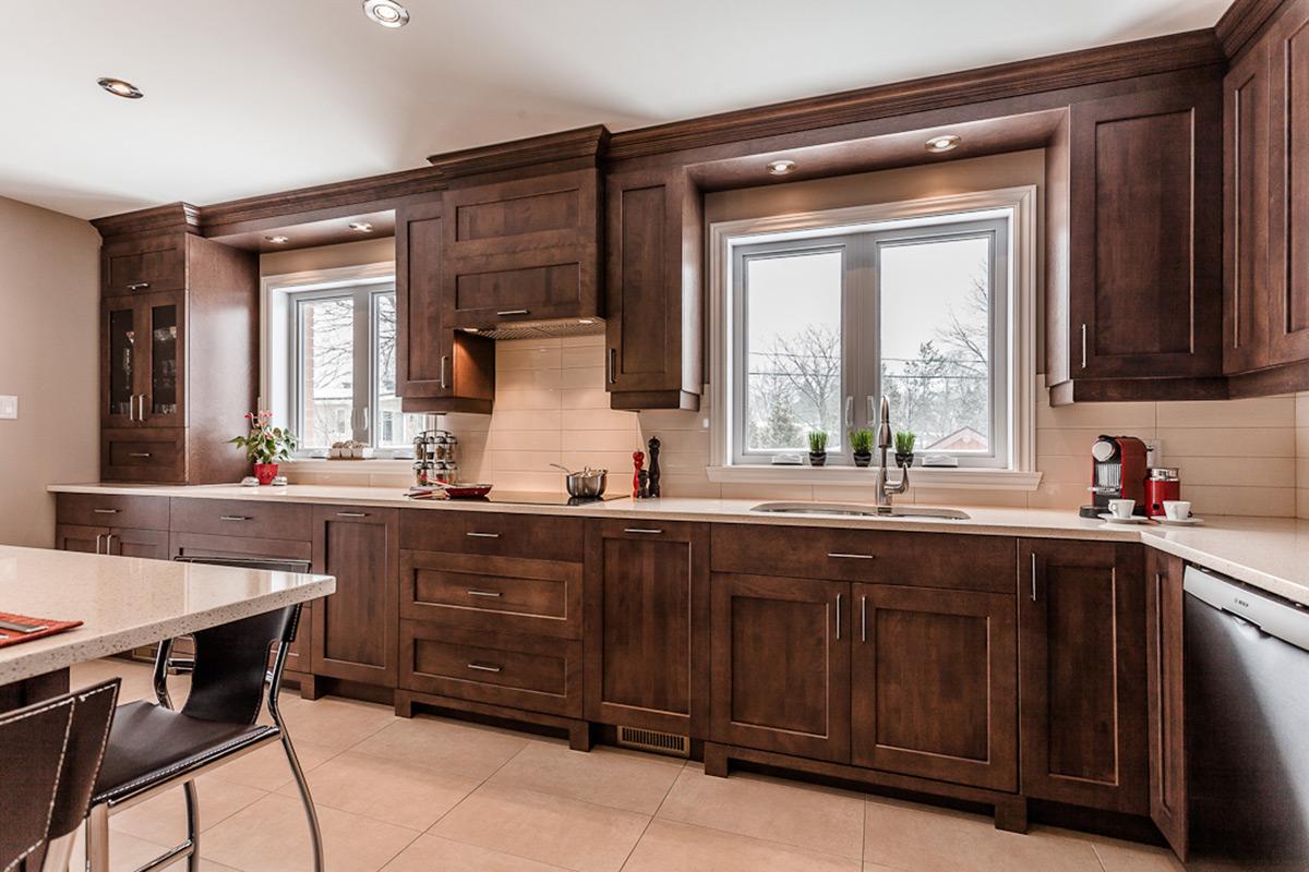 Cuisine contemporaine en bois et comptoirs de quartz laval for Cuisine chaleureuse contemporaine