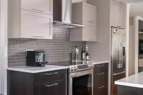 Armoire de cuisine contemporaine en bois et comptoir de quartz