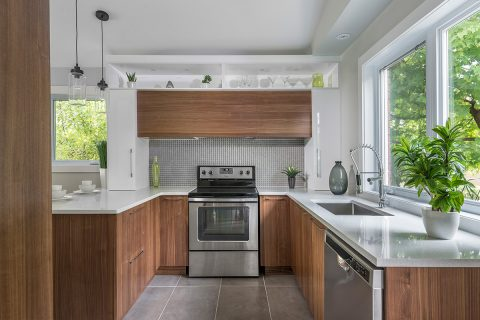 Petite cuisine moderne en mélamine et comptoir de quartz Laval