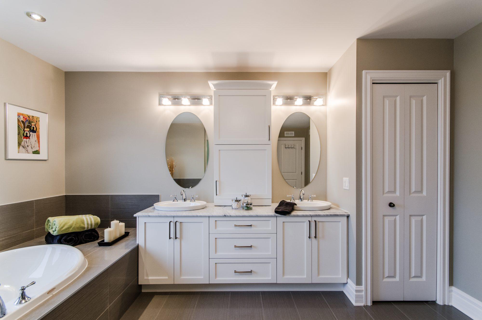 Salle de bains blanche contemporaine et meuble-lavabo double