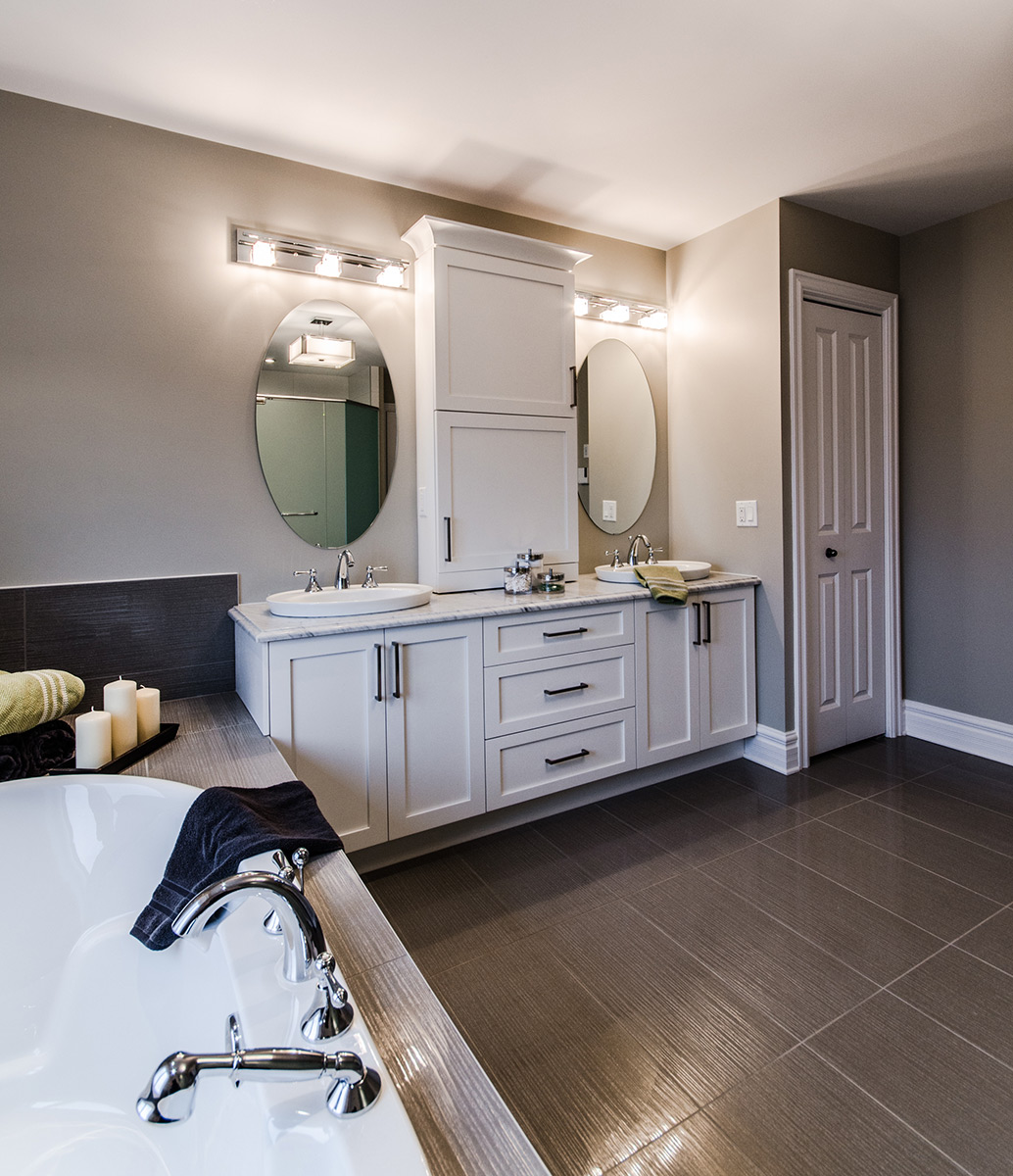 Salle de bains blanche contemporaine et meuble lavabo double for Meubles nuances montreal