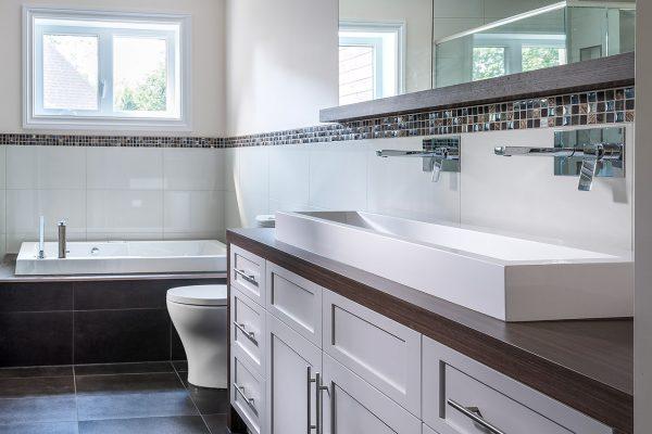 salle de bain contemporaine blanche et comptoir en stratifi. Black Bedroom Furniture Sets. Home Design Ideas