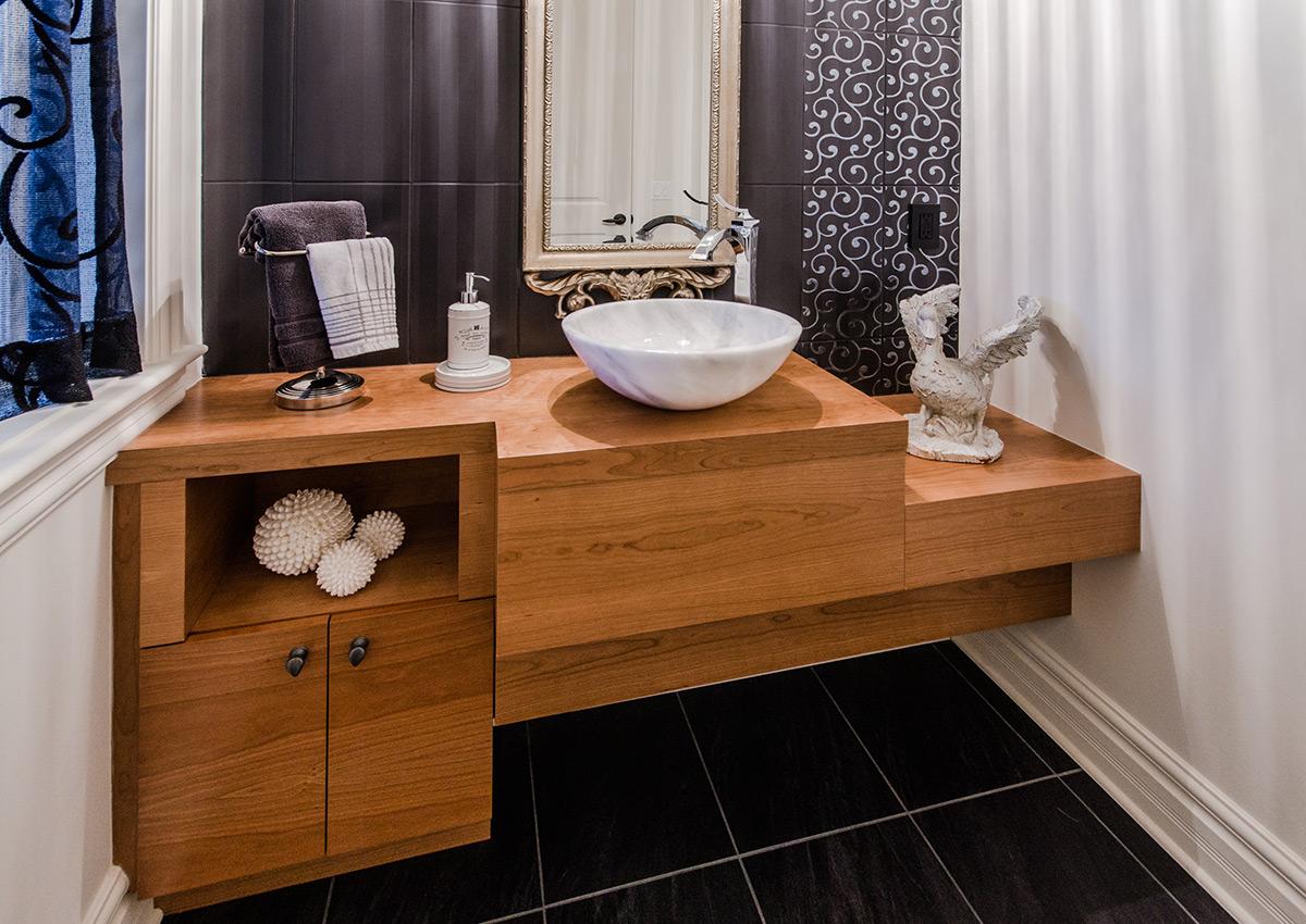 Salle de bains classique et meuble lavabo en bois de cerisier for Salle de bain pratique