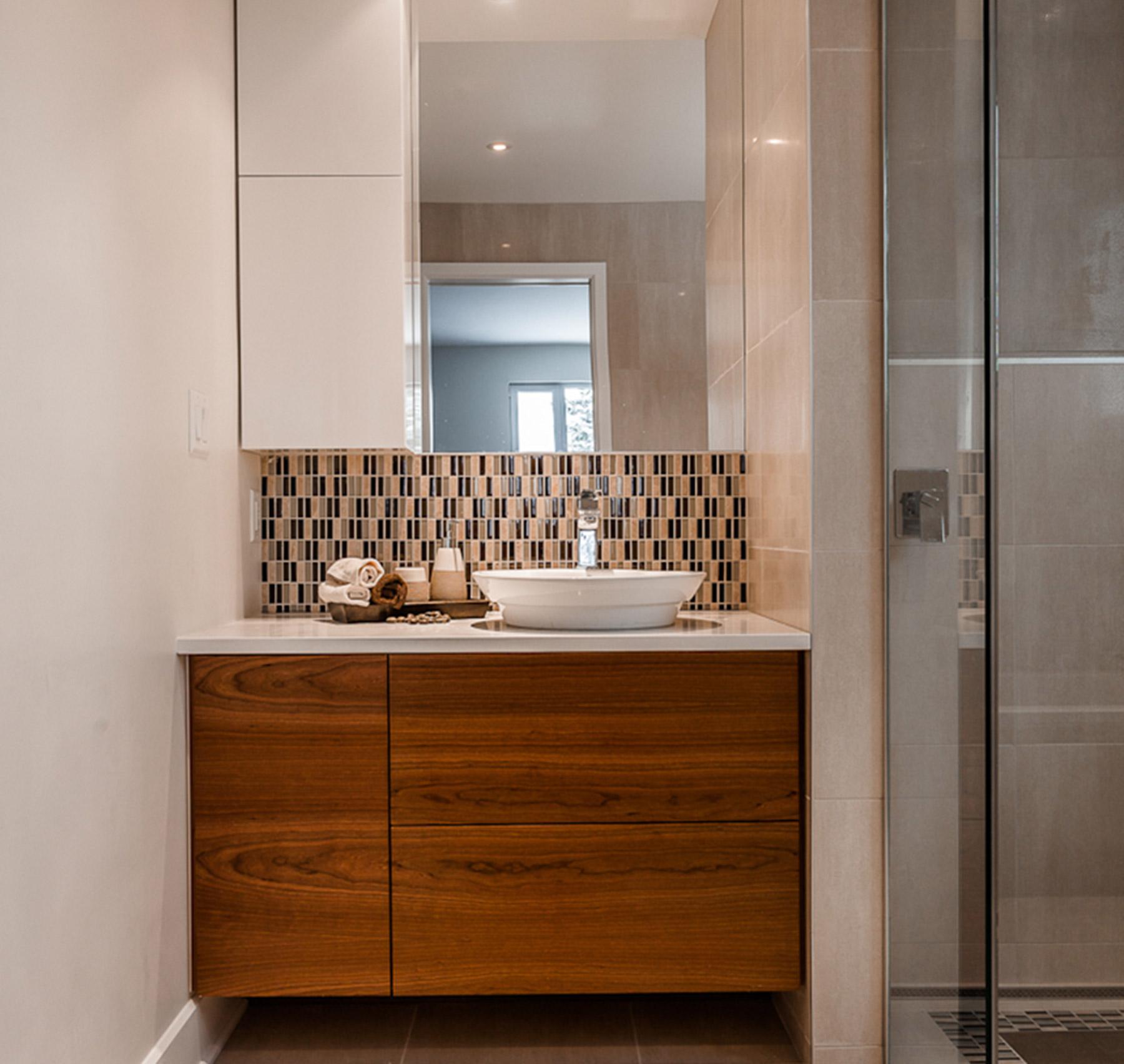 Salle de bains petite et moderne armoires de salle de bain for Petite armoire salle de bain a suspendre