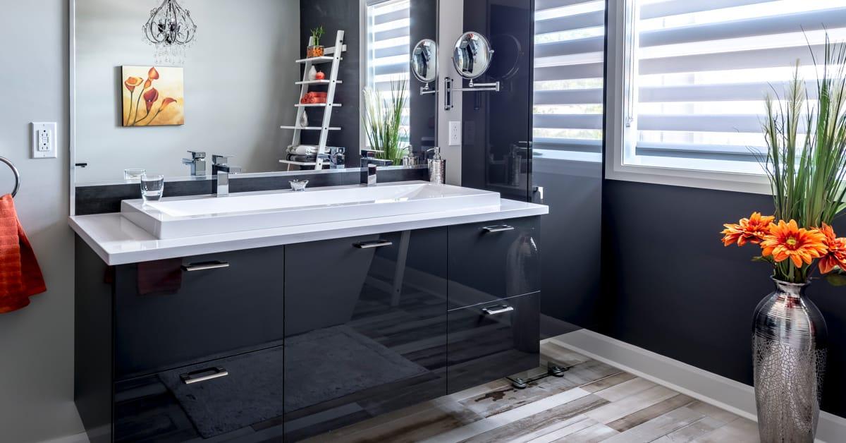 Pour un effet chic et intemporel, osez le noir et blanc dans la salle de bains.